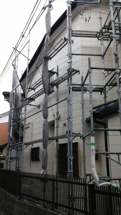 仮説足場のメッシュシート束ねと揺れ防止周辺を固定して台風対策した写真
