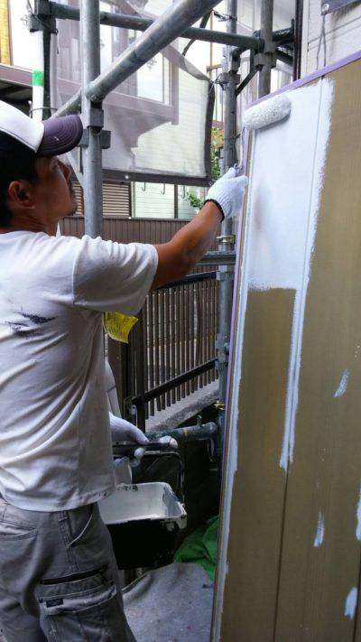 雨戸を塗りかえている写真