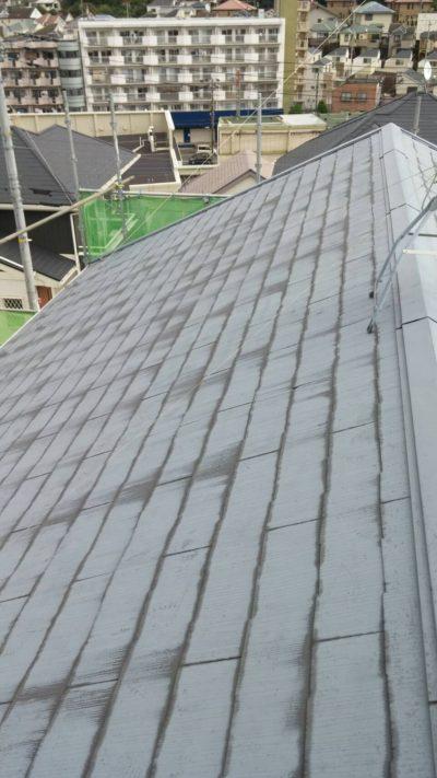 藤沢市K様邸で屋根の高圧洗浄作業をする前の写真