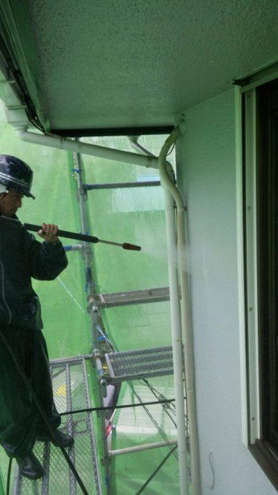 藤沢市K様邸で高圧洗浄作業中の写真