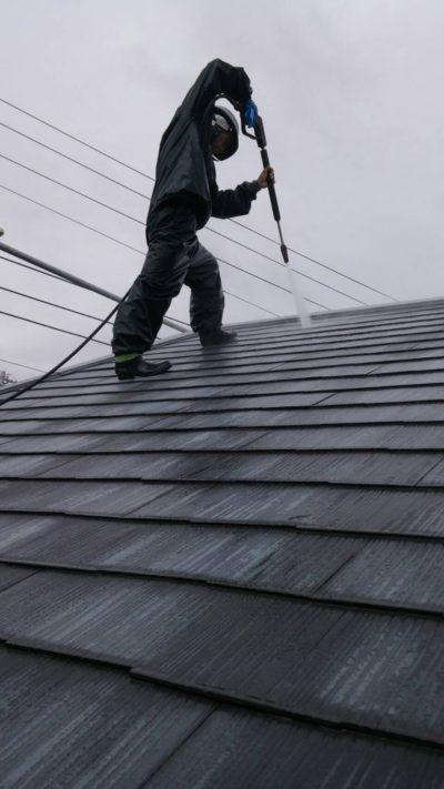 藤沢市K様邸で屋根の高圧洗浄作業中の写真