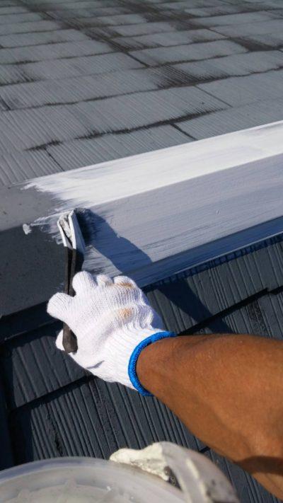 藤沢市K様邸で屋根をハケで塗っている写真
