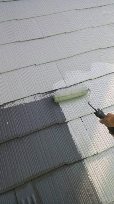 藤沢市K様邸で屋根をローラーで塗っている写真