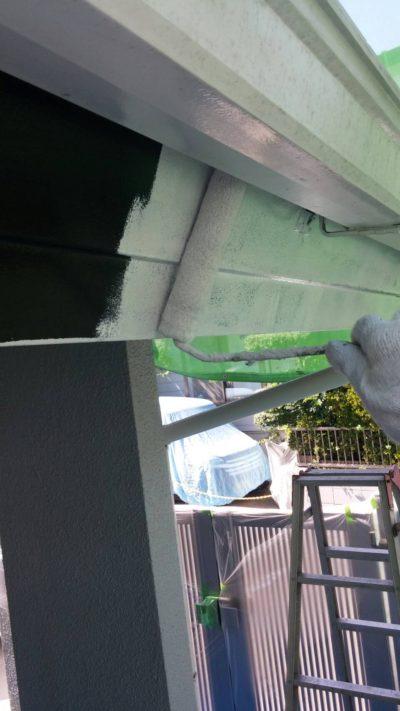 藤沢市K様邸で破風を塗っている写真