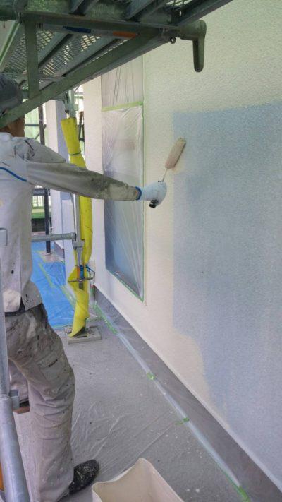 藤沢市K様邸で外壁の塗装をしている写真