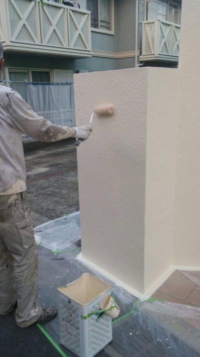 藤沢市K様邸で外構の塗装をしている写真