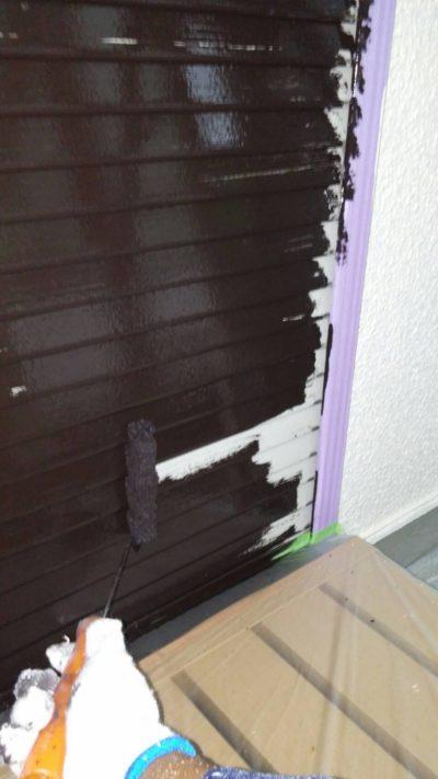藤沢市K様邸でサンルームのシャッターをローラーで塗装している写真