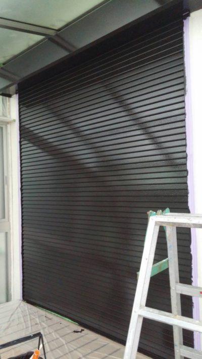 藤沢市K様邸でサンルームのシャッターを塗装した写真