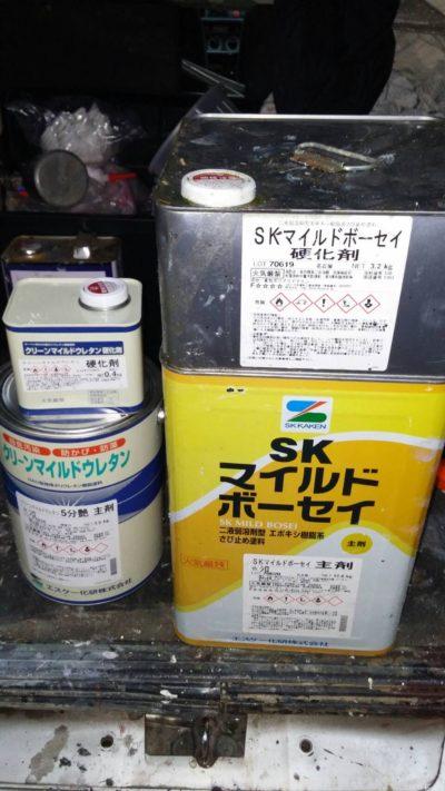 横浜市でサッシの飾りモール塗装工事に使う塗料の写真