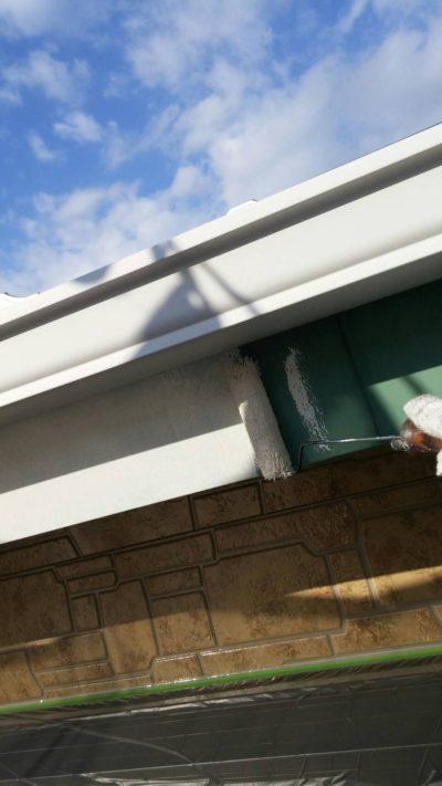 藤沢市メゾンタイプのトタン破風をローラーで塗り替えている写真