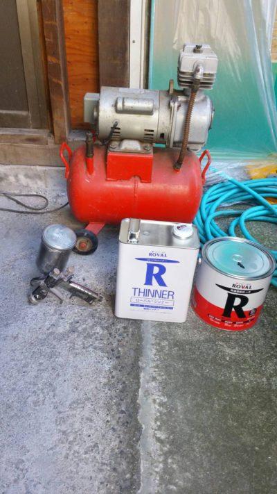 藤沢市メゾンタイプ亜鉛デッキの吹き付け塗装に必要な機械と塗料の写真