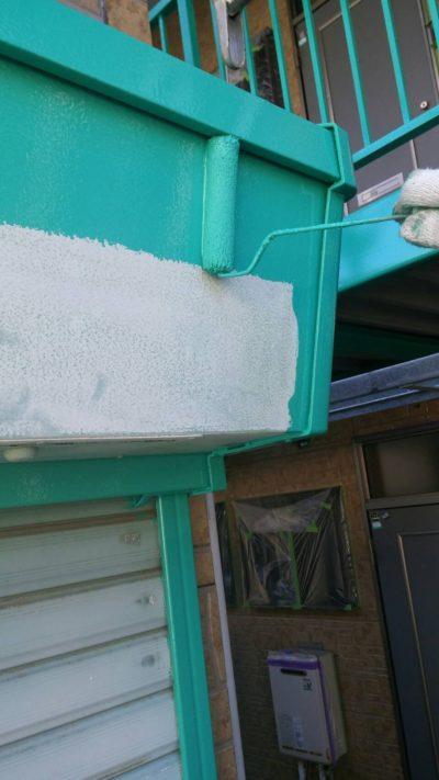 藤沢市メゾンタイプでガレージをローラーで塗り替えている写真