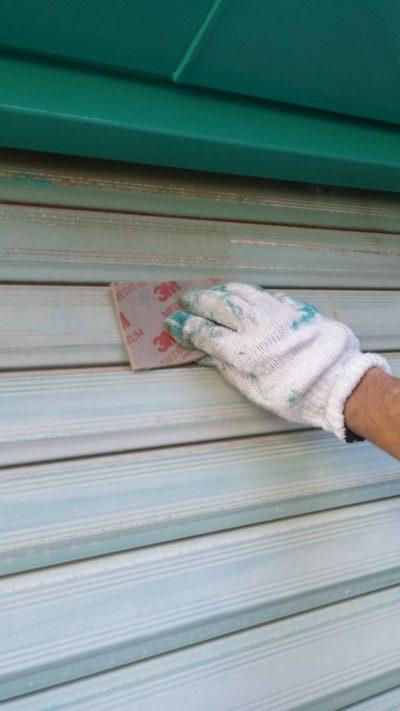 藤沢市メゾンタイプでガレージを塗り替えている写真
