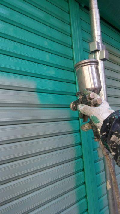 藤沢市メゾンタイプでガレージを吹き付け塗装している写真