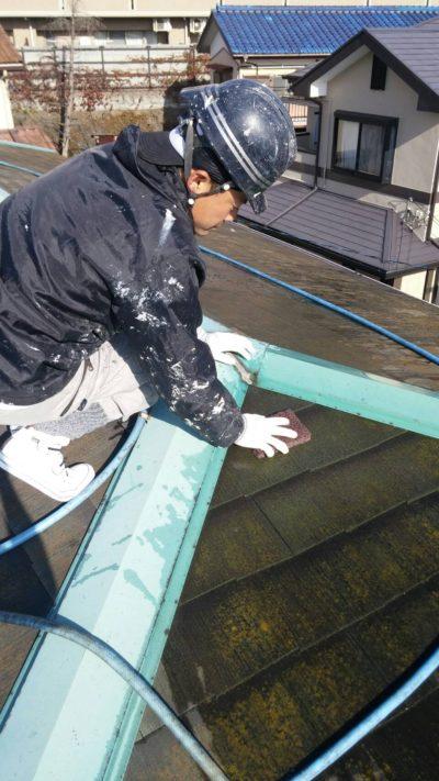 戸塚区の屋根を塗り替えている時の写真