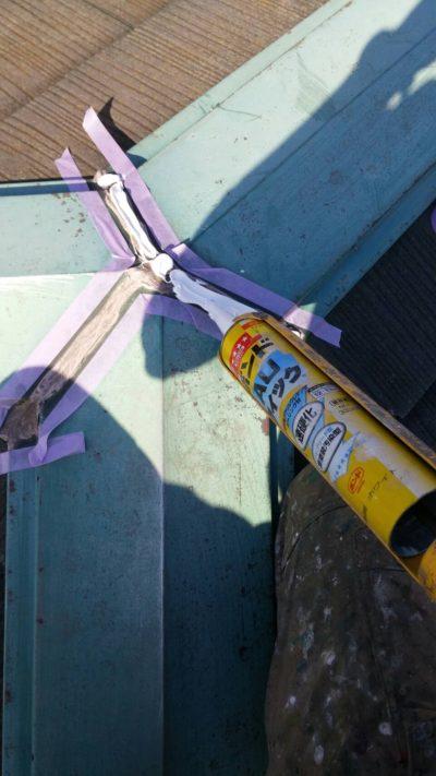 戸塚区の屋根をコーキングしている時の写真