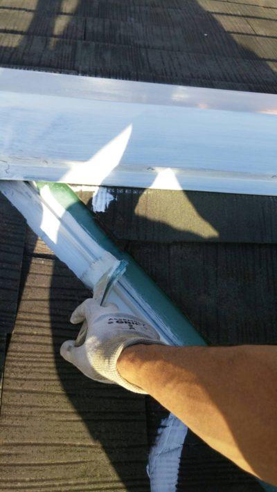 戸塚区の屋根をハケで塗り替えている時の写真