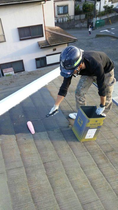 戸塚区の屋根をローラーで塗り替えている時の写真