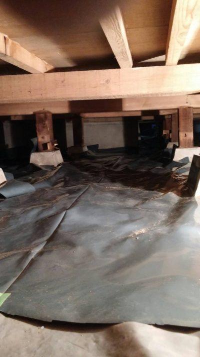 戸塚区の床下防湿シートを張る時の写真