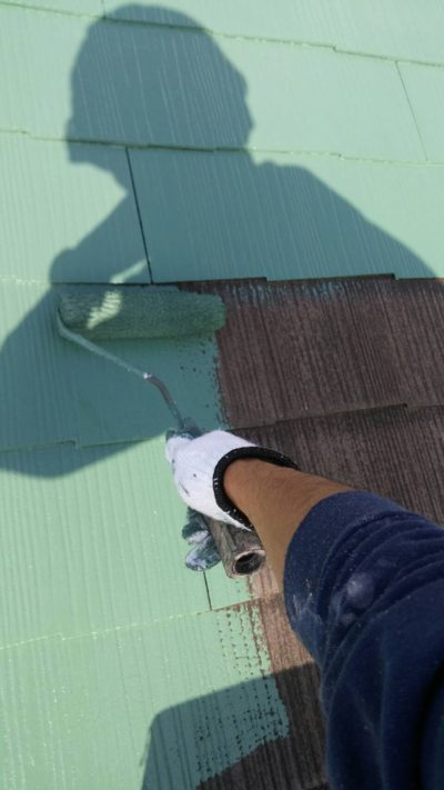 ローラーで塗っている屋根塗装の写真