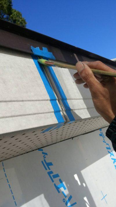 破風板、軒天井、樋を塗り替えしている写真
