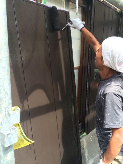 戸袋を塗料を使って塗り替えている仕上げの写真